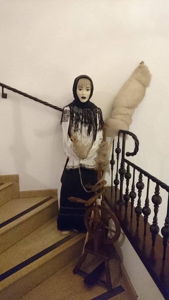 レストランの中に鎮座する民族衣装を纏った人形