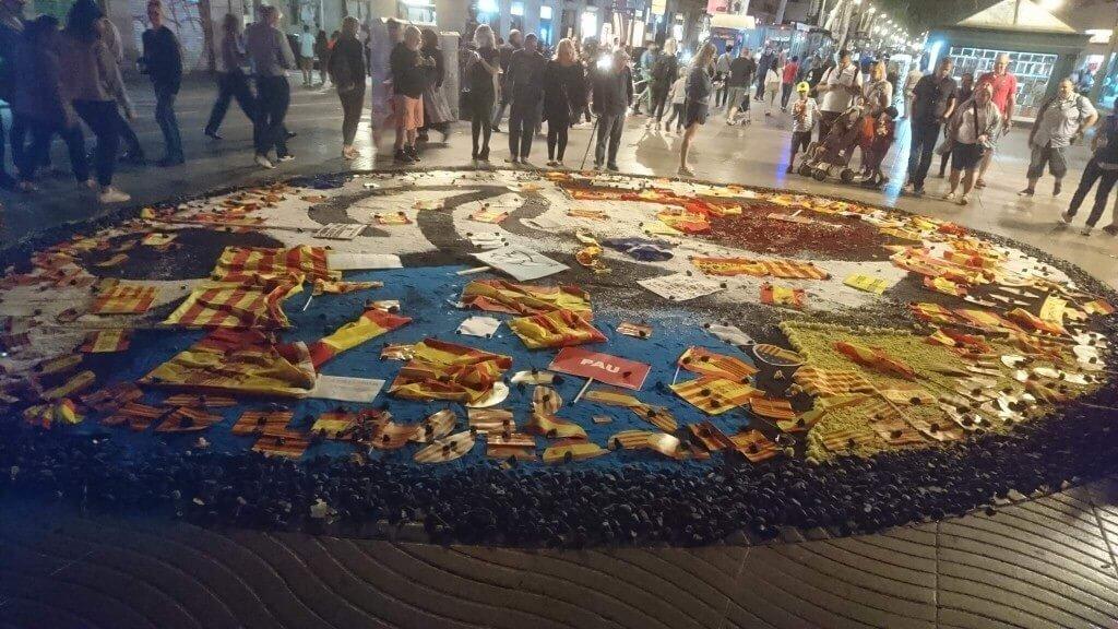 カタルーニャの旗で覆われたジョアンミロのモザイクの床