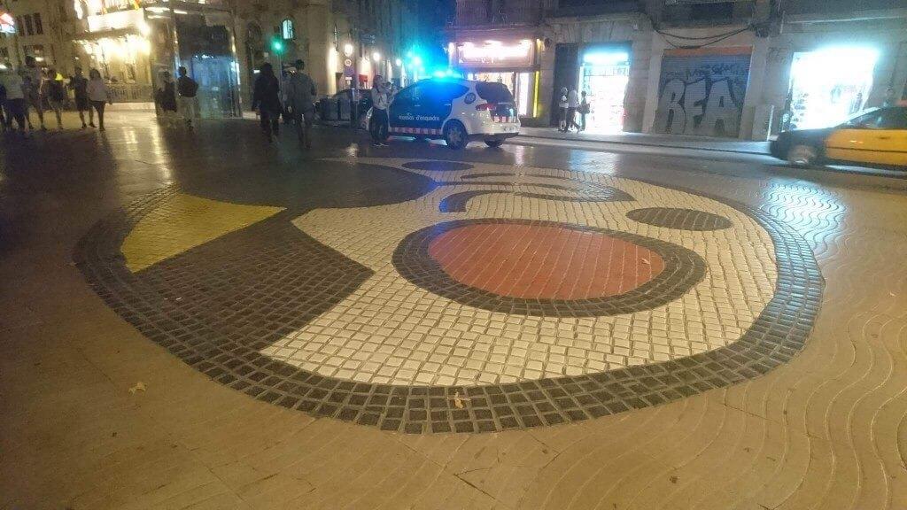 デモ後のミロのモザイク床
