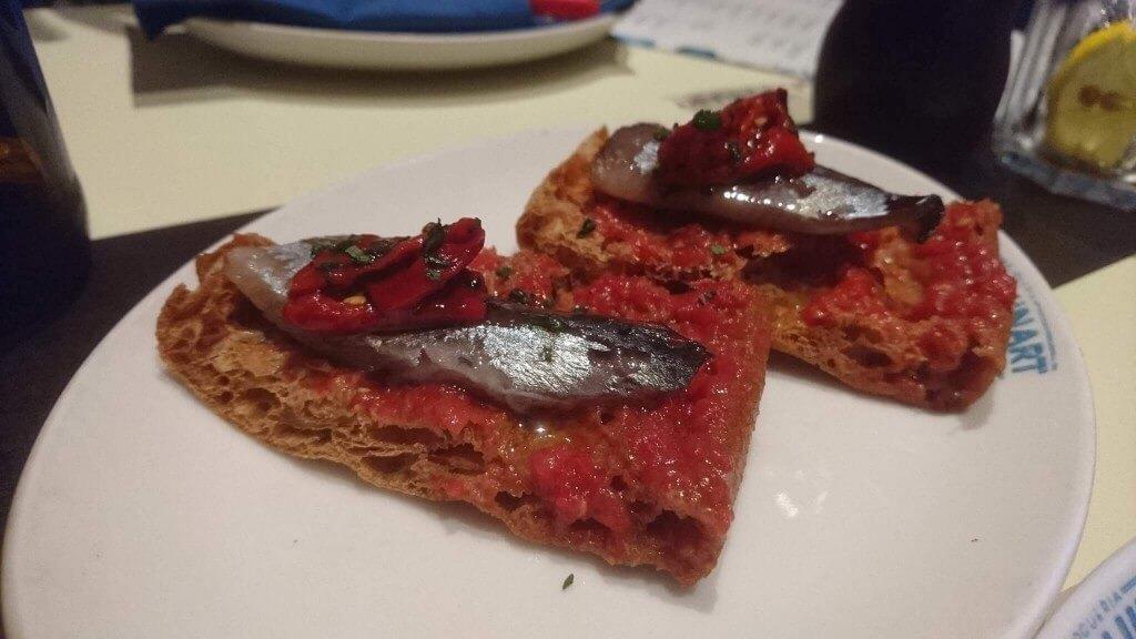 イワシの燻製とカリカリのパン